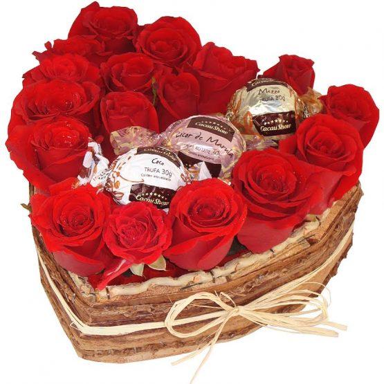 coração com 18 rosas e 3 trufas da cacu show